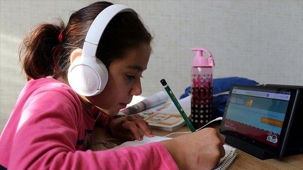 tabletle ders çalışan çocuk